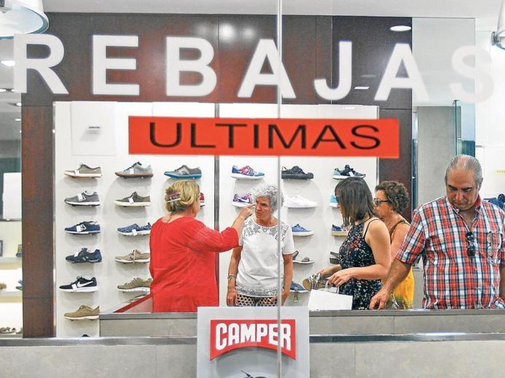 Los escaparates del centro de la capital anuncian los últimos días de unas rebajas de verano que no han cumplido las expectativas de los empresarios del sector.