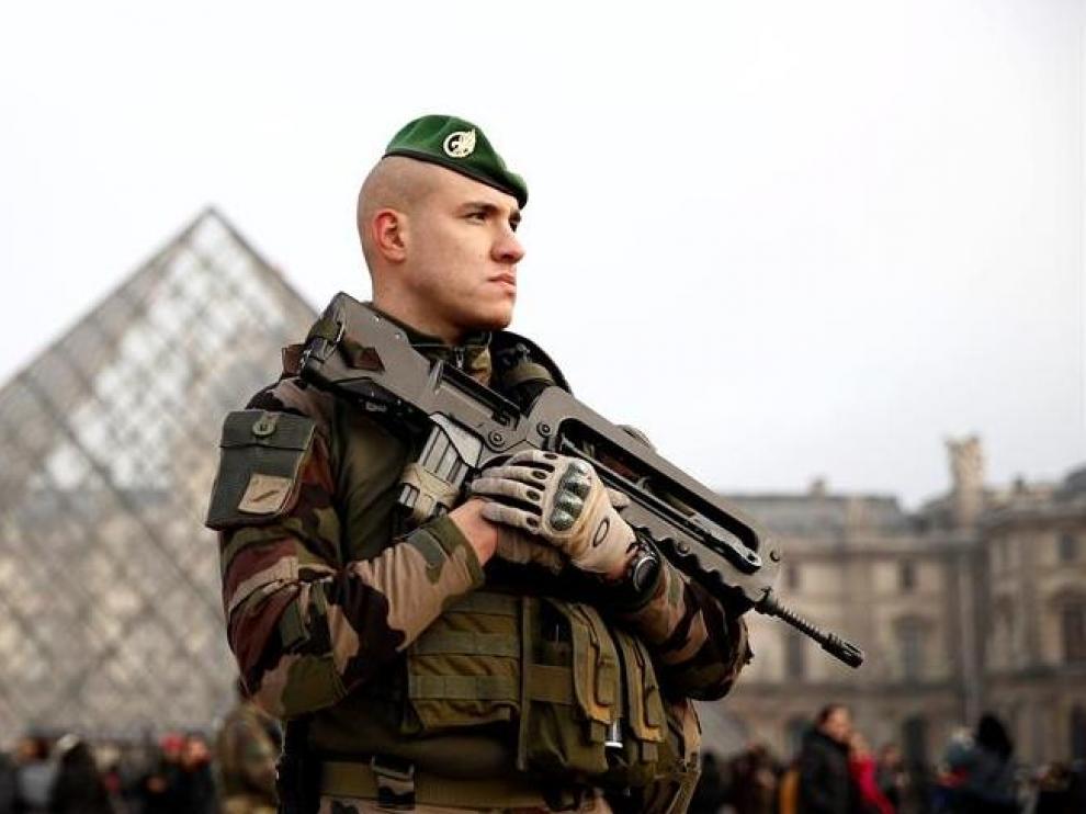 Un soldado galo permanece en guardia ante el museo del Louvre en París, Francia, hoy, 30 de diciembre de 2016. El Gobierno francés va a movilizar a más de 96.000 personas entre policías, gendarmes y militares para garantizar la seguridad de los festejos para recibir el año nuevo, indicó hoy el ministro del Interior, Bruno Le Roux. En total, estarán operativos 52.600 policías, 36.000 gendarmes y 7.000 militares de la misión Sentinelle, que patrullan las calles, instituciones sensibles y centros estratégicos por todo el país. EFE/YOAN VALATCrédito: EFE