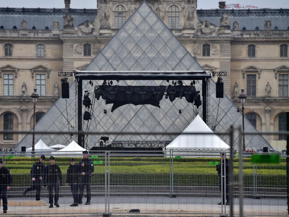 La policía evacúa la explanada del Louvre, donde Macron celebrará la noche electoral