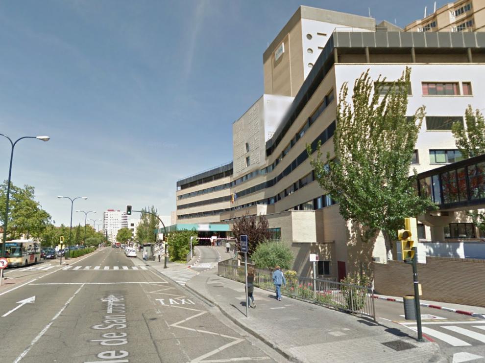 Puerta del hospital Clínico de Zaragoza.