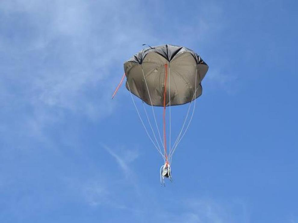 Prueba del paracaídas que llevará la sonda el día del lanzamiento desde Lanaja