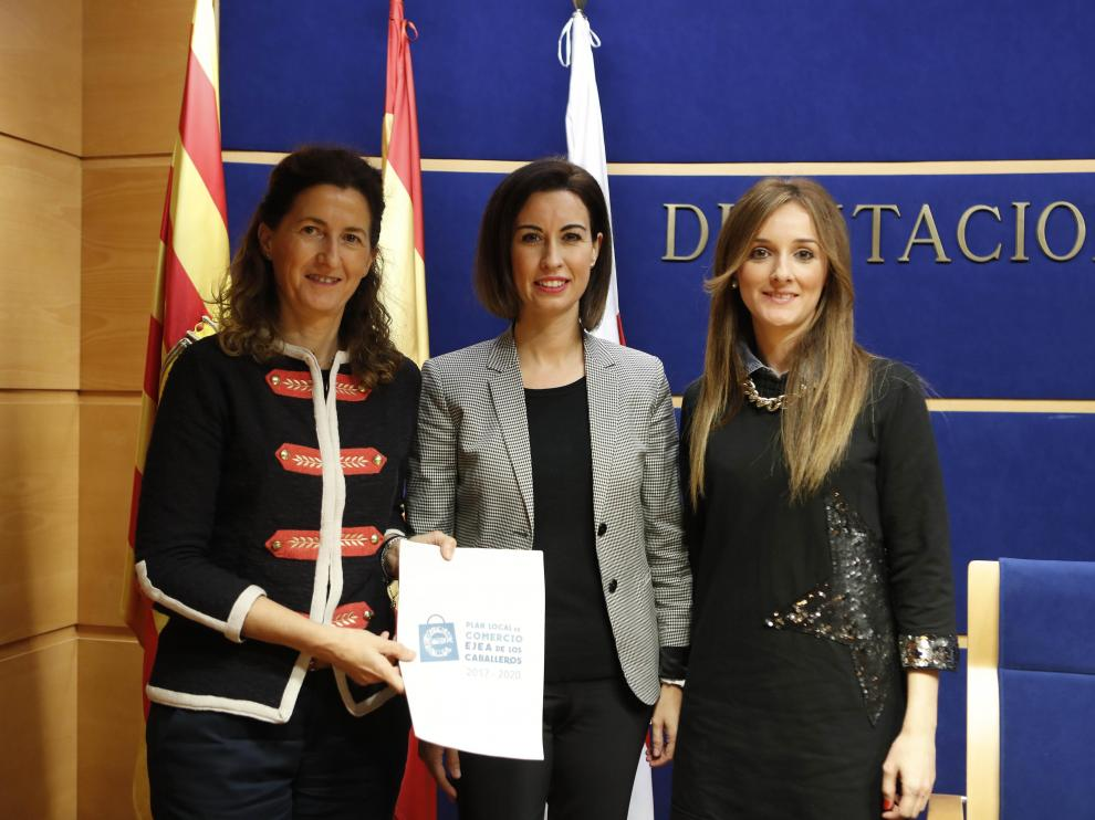 Elena Guinda, Teresa Ladrero e Isabel Naudín, con el Plan Local de Comercio de Ejea.