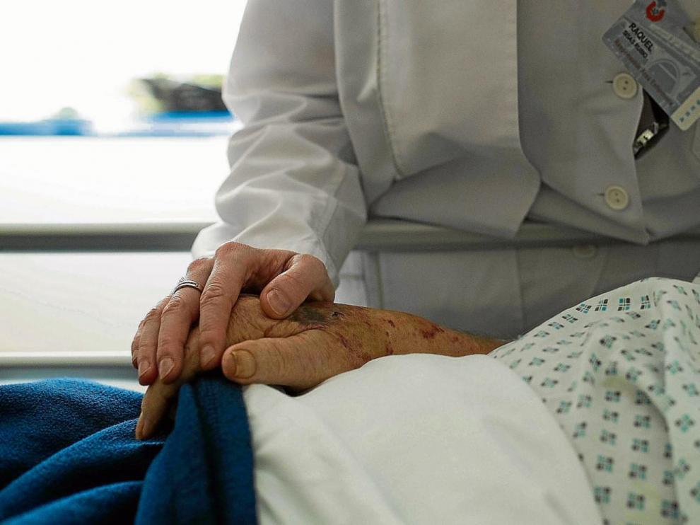 Más allá de la atención hospitalaria está el acompañamiento humano. Parte del trabajo del equipo de paliativos consiste en escuchar y comprender al enfermo.
