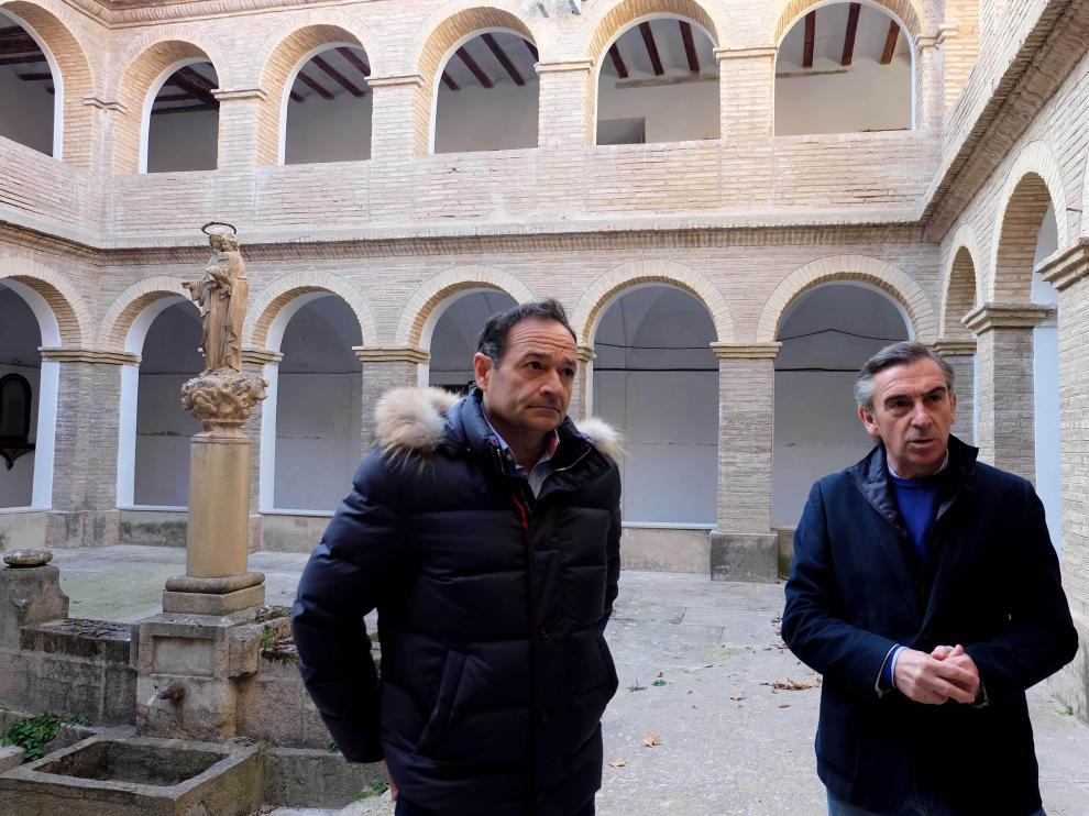 El alcalde Luis María Beamonte junto al concejal de Urbanismo Luis José Arrechea en el claustro