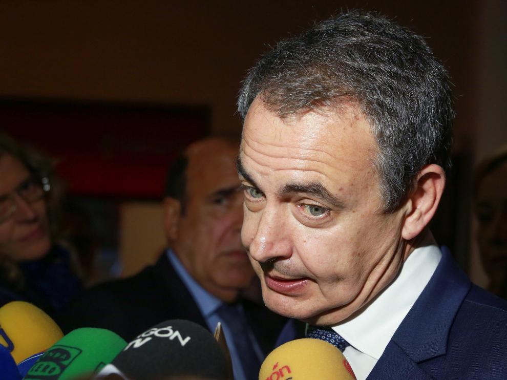 Zapatero atendiendo a los medios de comunicación en Zaragoza.