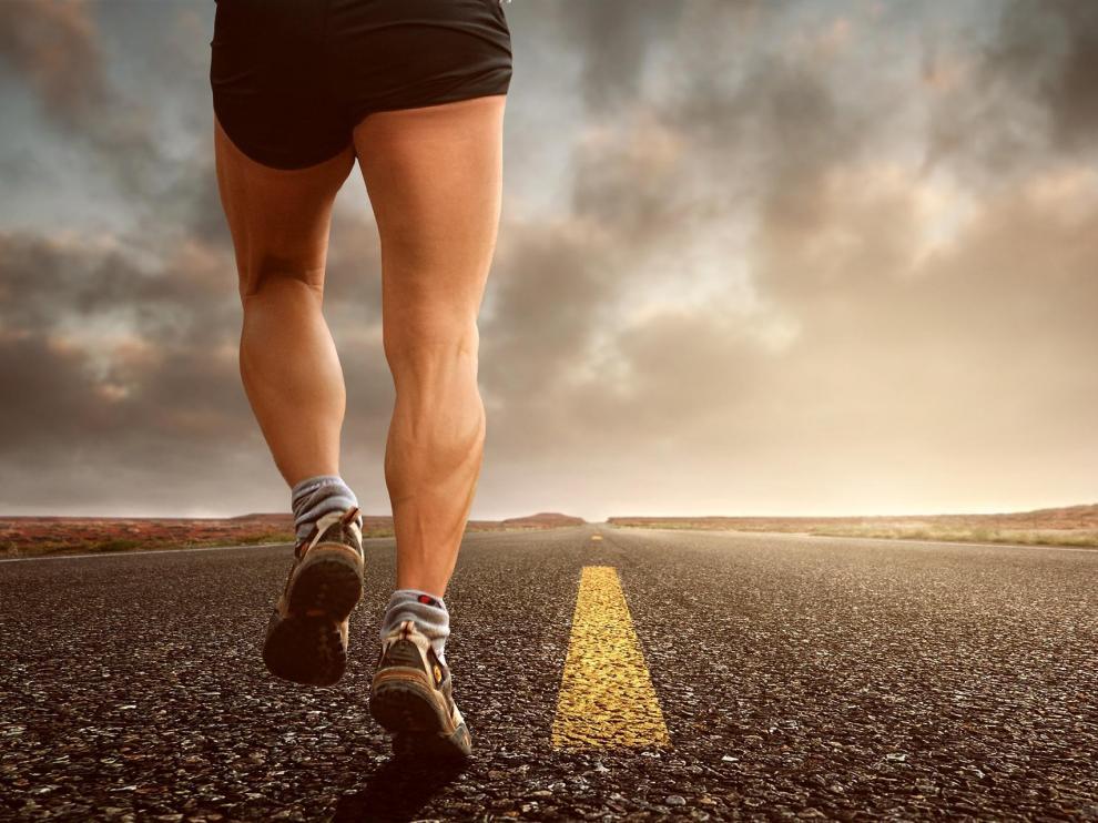 Salir a correr, es una de las muchas opciones por las que puedes decantarte a la hora de comenzar a hacer deporte.