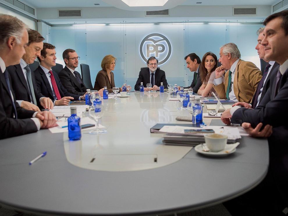 Fotografía facilitada por el PP, de su presidente, Mariano Rajoy (c), junto a la secretaria general, María Dolores de Cospedal (5i); el coordinador general, Fernando Martínez-Maillo (5d); los portavoces, Esteban González Pons (i), Rafael Hernando (2i) y José Manuel Barreiro (2d); los vicesecretarios generales, Pablo Casado (3i), Javier Maroto (4i), Andrea Levy (4d) y Javier Arenas (3d), y el jefe de Gabinete de la Presidencia del Gobierno, José Luis Ayllón (d), durante la reunión del Comité de Dirección, esta mañana en la sede de la formación en la calle Génova de Madrid.