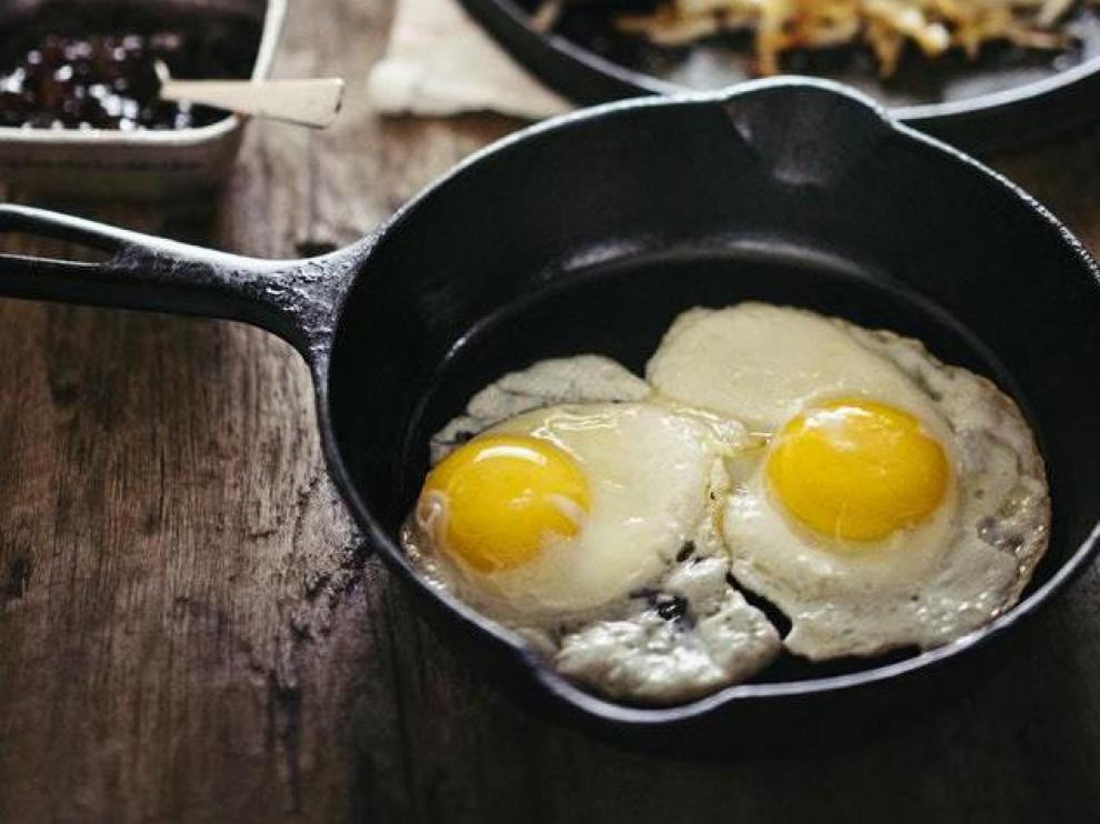La puntilla dorada es una de las características del huevo frito ideal.
