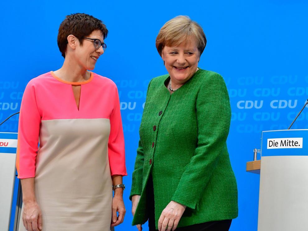 Annegret Kramp-Karrenbauer junto a Angela Merkel este lunes.