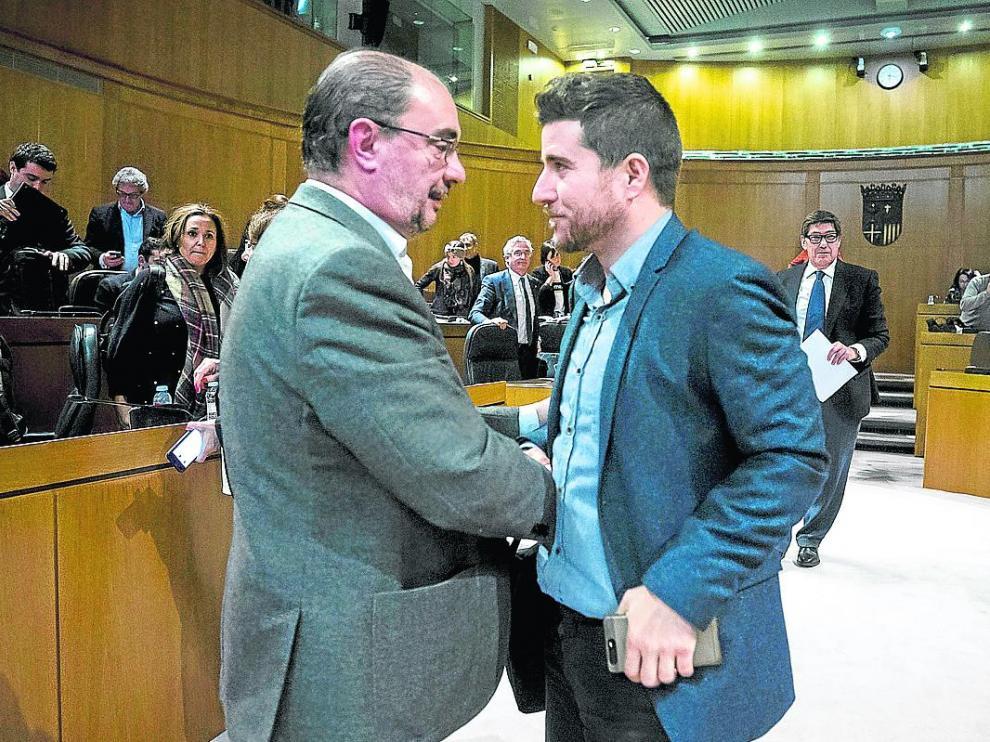 El socialista Javier Lambán saluda al secretario general de Podemos Aragón, Nacho Escartín, tras la aprobación del presupuesto.