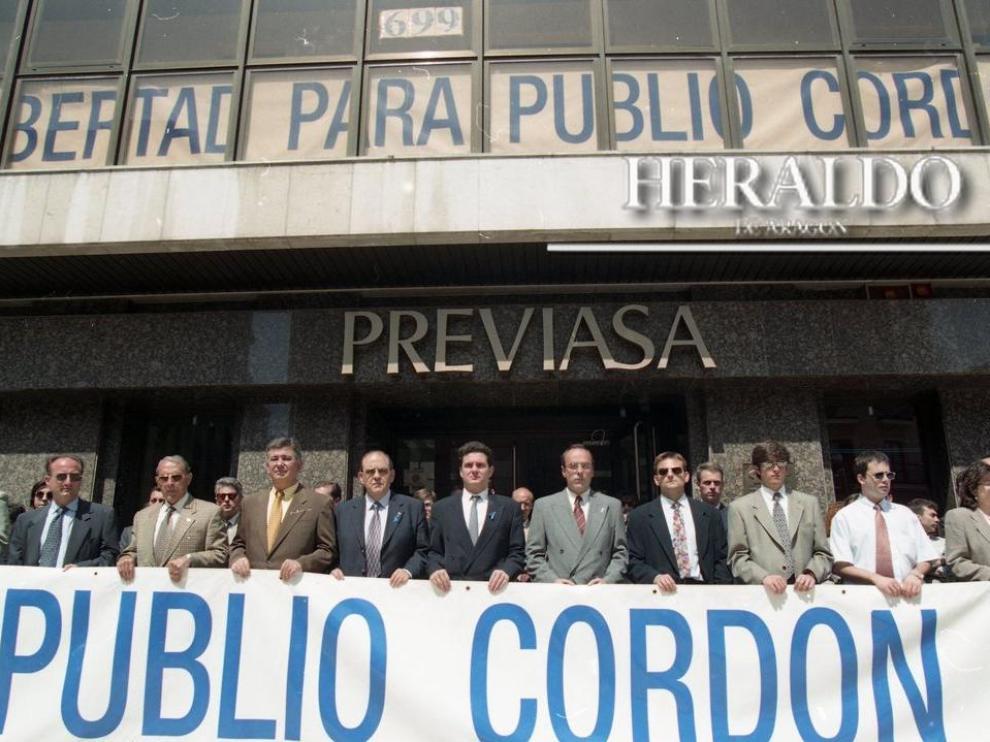 Concentración a las puertas de Previasa en Zaragoza el 15 de mayo de 1997, dos años después del secuestro de Publio Cordón, para pedir la libertad del empresario.