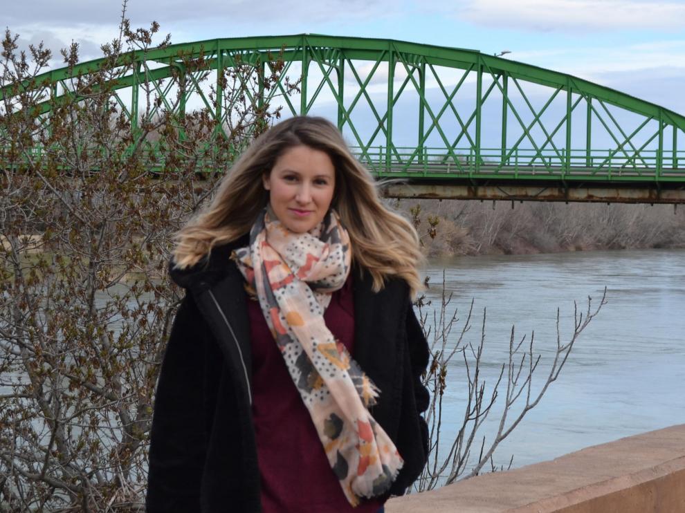 Esther Borao frente al Puente de Hierro.