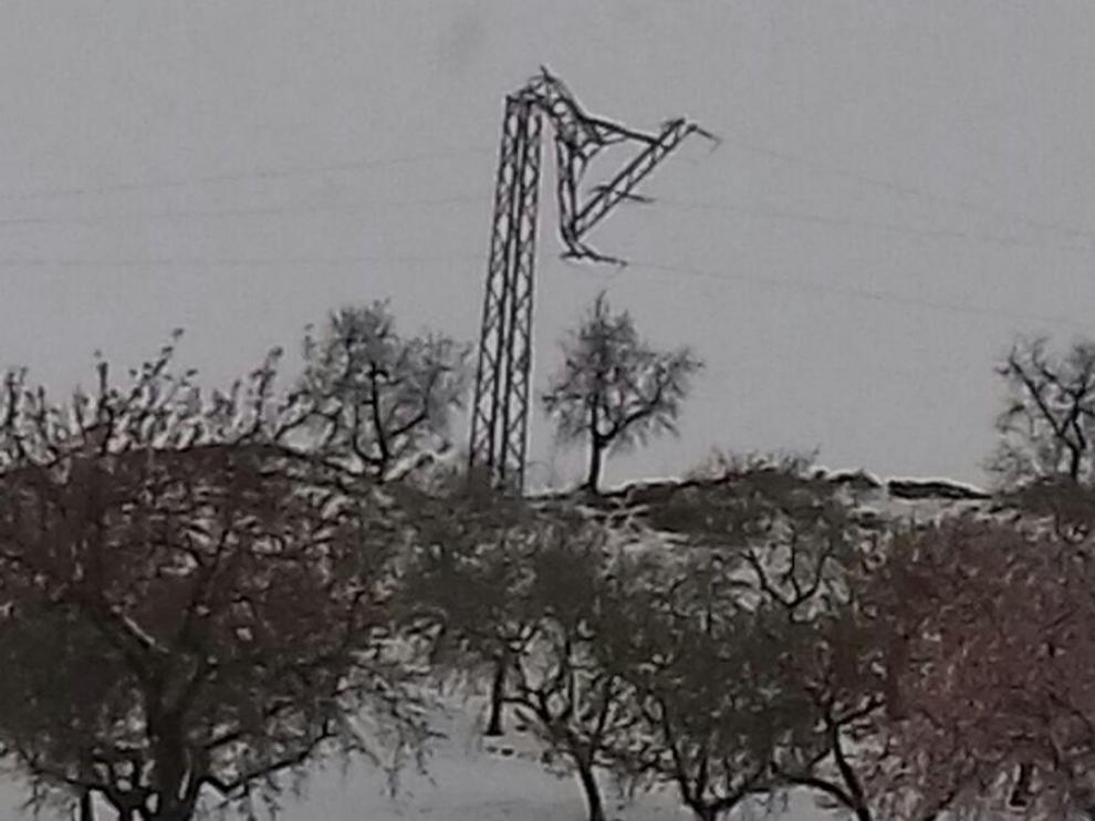 El temporal causa la rotura de 25 postes de luz de la línea Calatayud-Montón. En la imagen, un poste roto por el peso de la nieve en Alarba.
