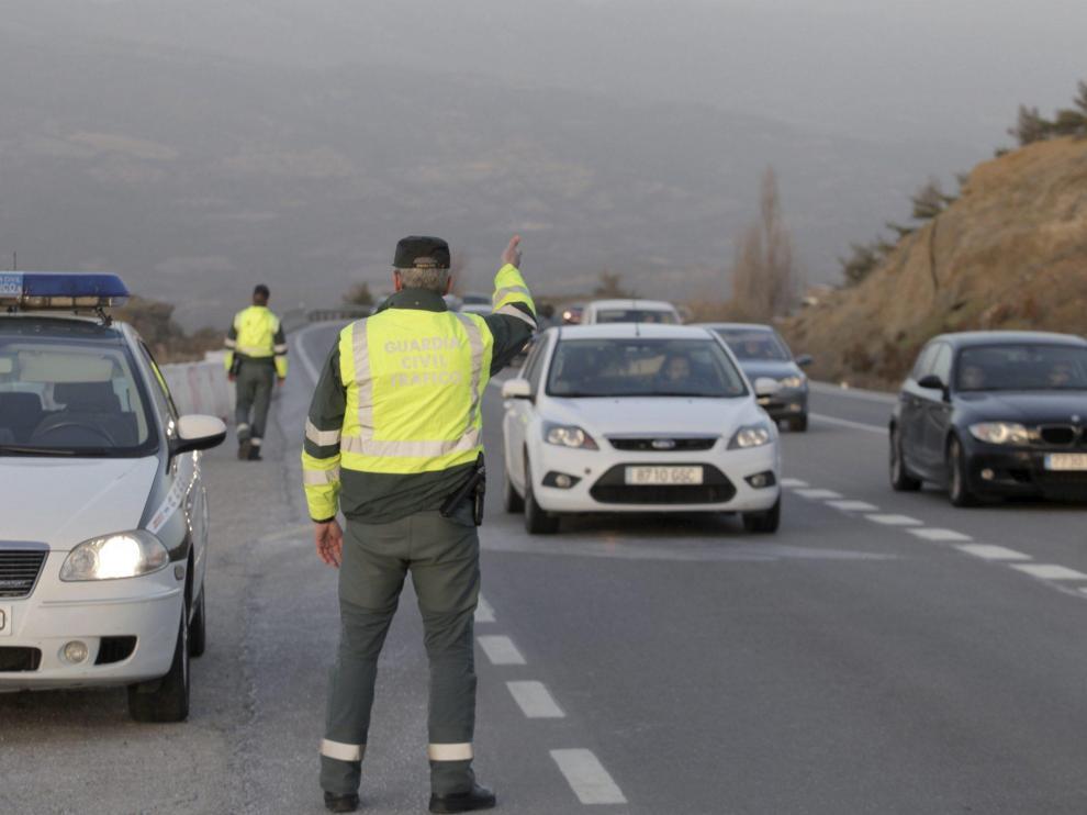 Guardia Civil de Tráfico controlando la circulación en la N-330.