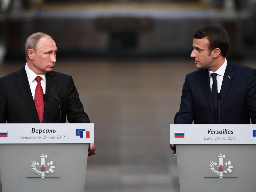 Macron, al lado de Vladimir Putin