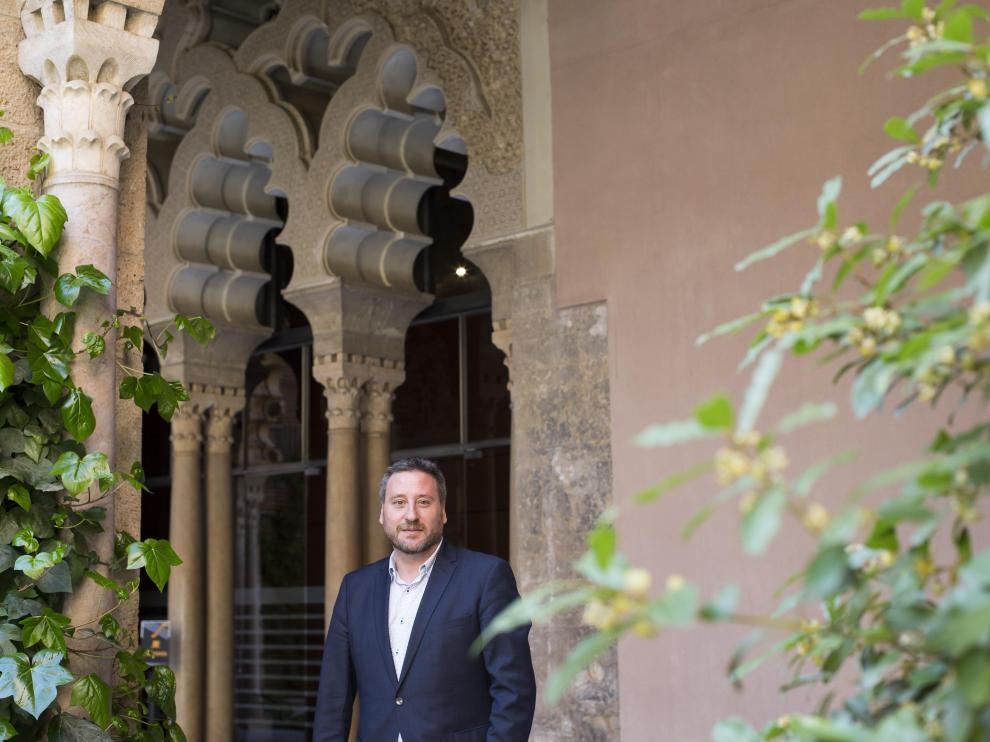 José Luis Soro, en el patio de los naranjos del castillo palacio de La Aljafería.