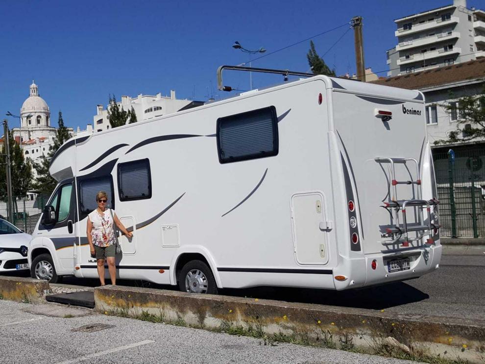 Montse Marín, vecina de San Mateo de Gállego, con su autocaravana en Lisboa.
