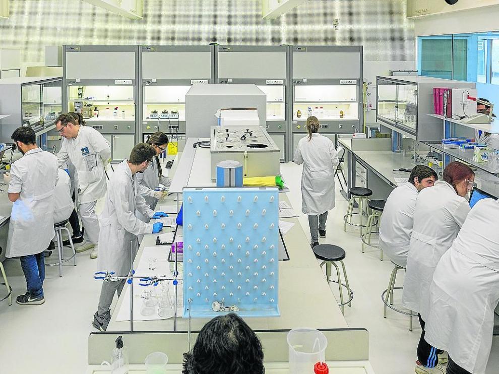 Alumnos en uno de los laboratorios de los centros de FP del Grupo San Valero.