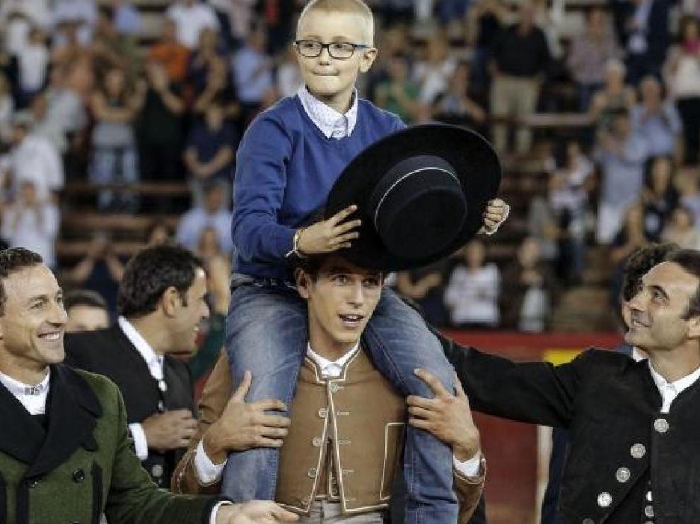Adrián Hinojosa, a hombros en el festival benéfico en favor de la Fundación Oncohematología Infantil, en octubre de 2016.