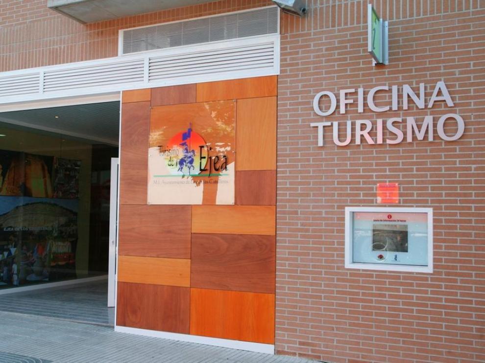 La oficina de Turismo de Ejea se sitúa en el paseo del Muro.