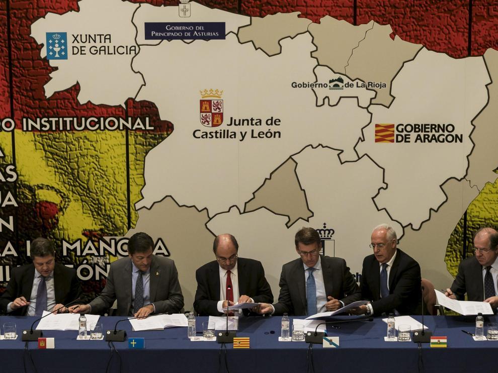 García-Page, Fernández, Lambán, Núñez Feijóo, Ceniceros y Herrera, ayer, durante la firma de la declaración de Zaragoza.