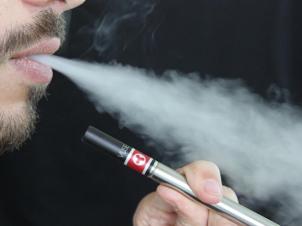 Estos aparatos utilizan baterías para calentar nicotina líquida hasta convertirla en vapor inhalable.