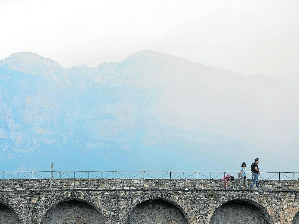 Muro transitable del Castillo de Aínsa, con las montañas al fondo.