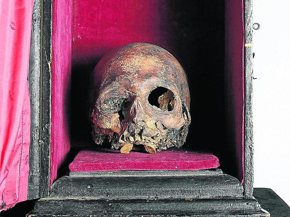 El cráneo del Papa Luna y la urna, en el Museo de Zaragoza.