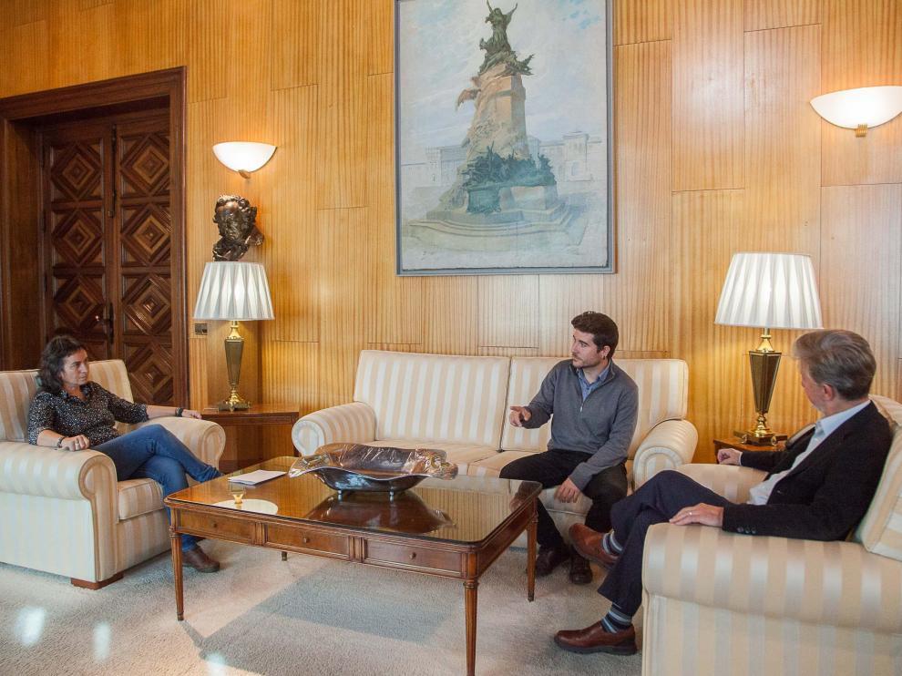 Nacho Escartín (en el centro) junto a Luisa Broto y Pedro Santisteve en noviembre de 2017