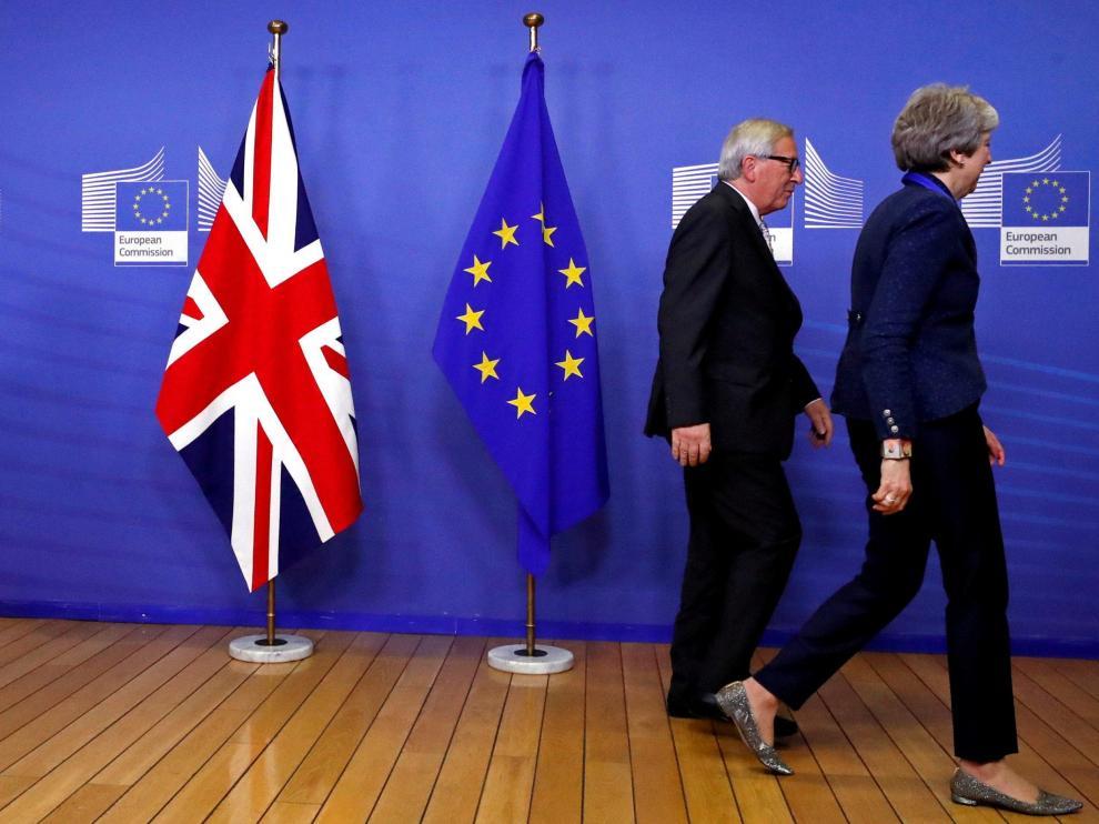 Teresa May, primera ministra británica,en imagen de archiv junto al presidente de la Comisión Europea, Jean-Claude Juncker.