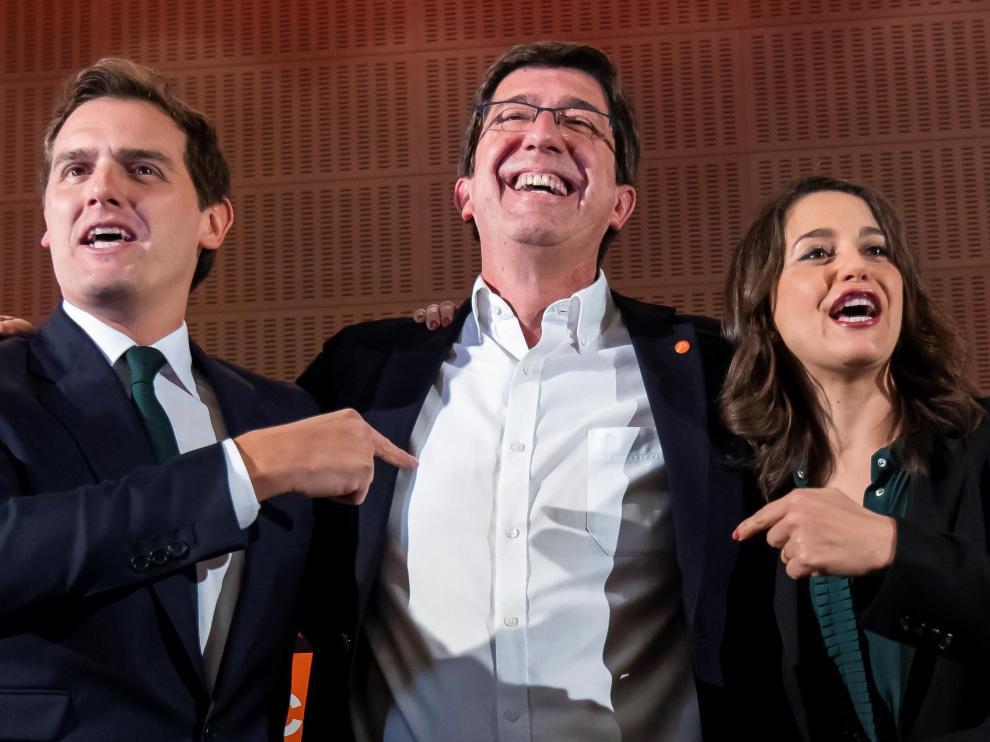 El candidato de Ciudadanos a la Presidencia de la Junta, Juan Marín, entre ALbert Rivera e Inés Arrimadas