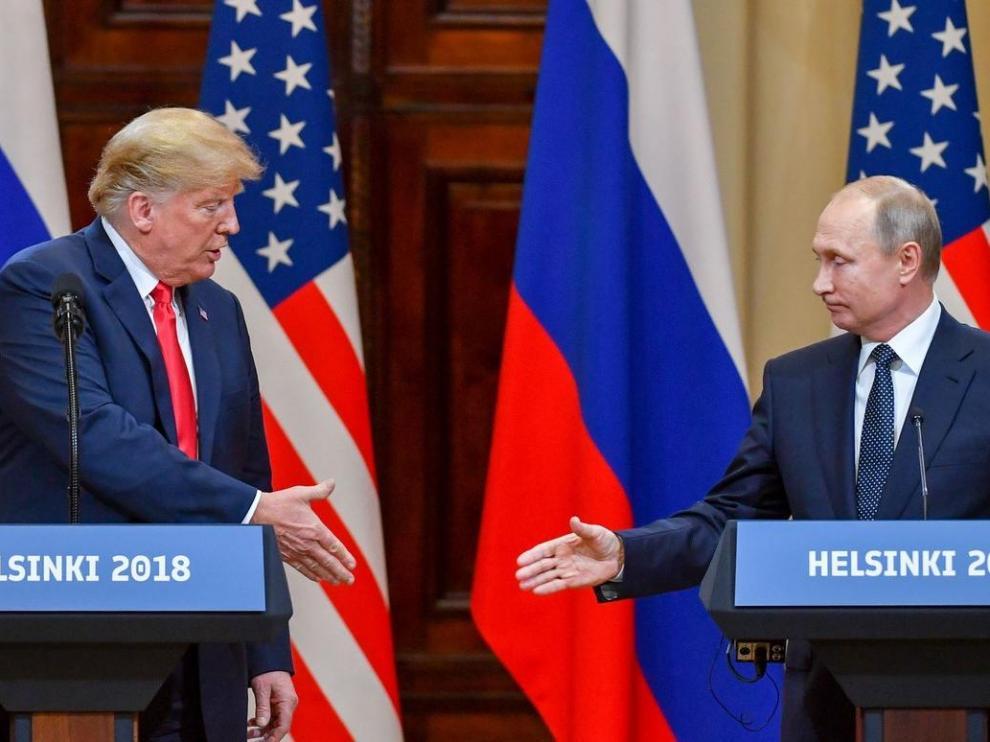 Donald Trump y Vladimir Putin se dan la mano tras la rueda de prensa ofrecida en el palacio presidencial de Helsinki