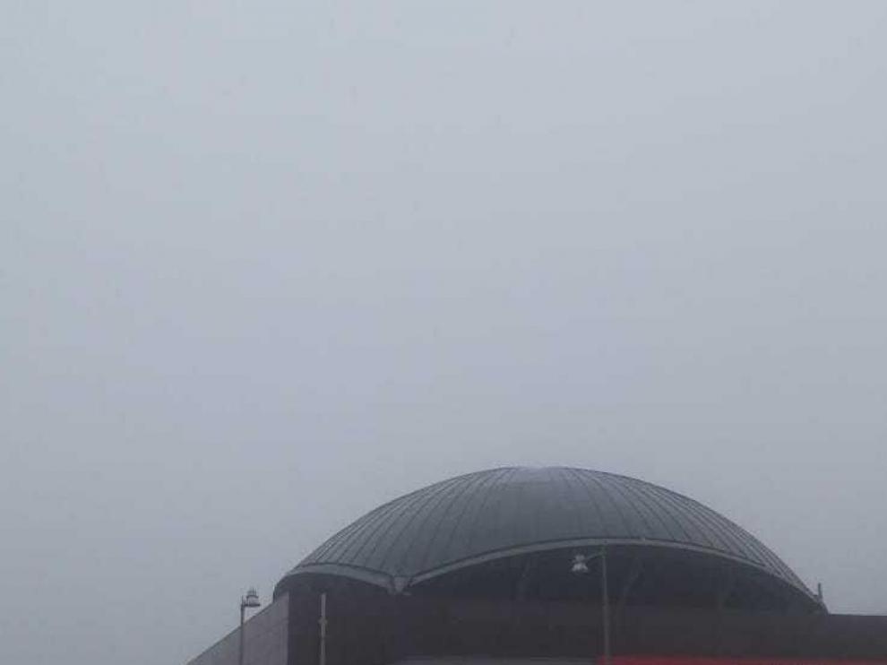 Niebla densa en esta mañana de domingo en Zaragoza. En la imagen, la estación del Portillo.