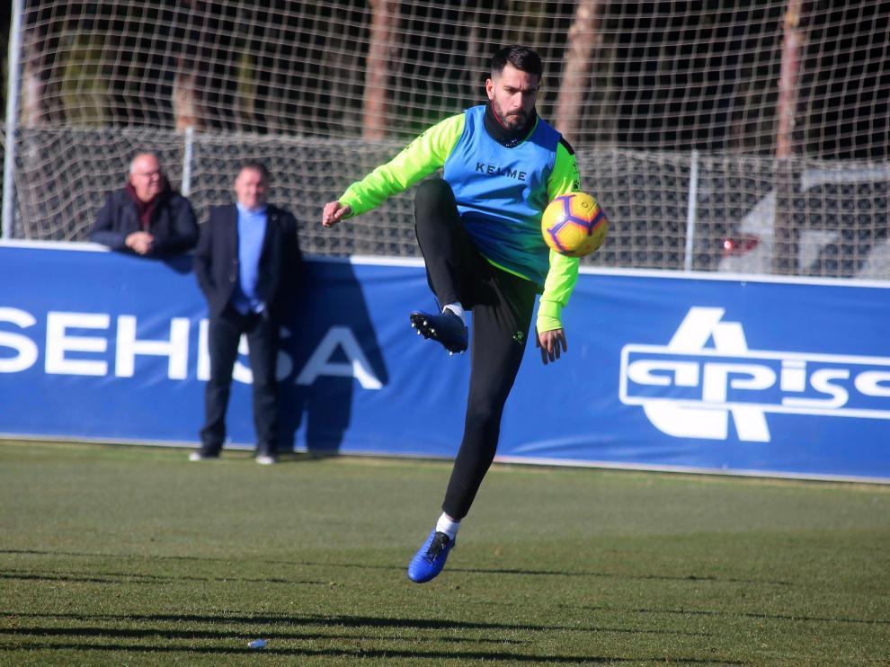 Pablo Insua realiza un control con el balón.