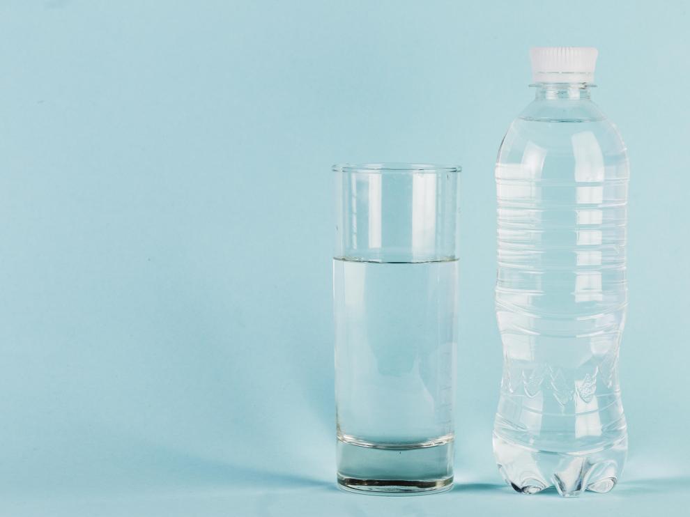 Hay expertos que recomiendan beber entre 2 y 2,5 litros de agua al día.