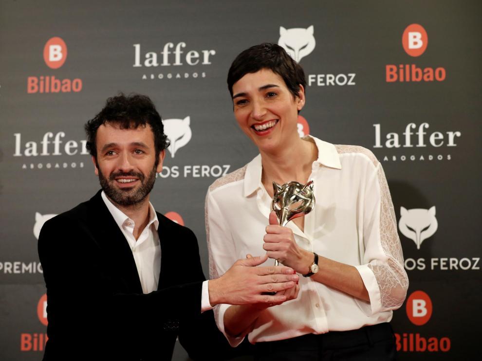 Isabel Peña, junto a Rodrigo Sorogoyen, recogen su galardón en los Premios Feroz