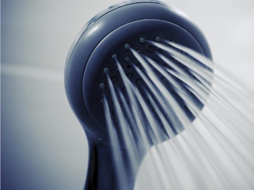 El hombre fue encontrado de madrugada mientras se daba una ducha.