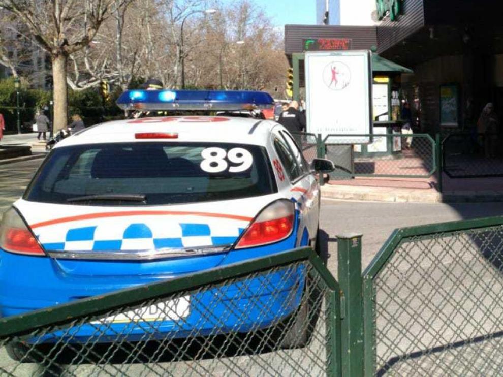Las patrullas de la Policía Local de Zaragoza están regulando el tráfico en la zona.