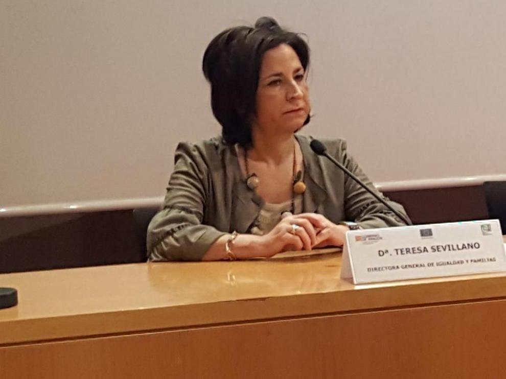 La directora general de Igualdad y Familias, Teresa Sevillano; la consejera de Ciudadanía y Derechos Sociales, María Victoria Broto, y la presidenta de la UCA, Fernanda Blanco.