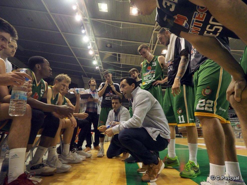 Guillermo Arenas da instrucciones a sus jugadores en Cáceres.
