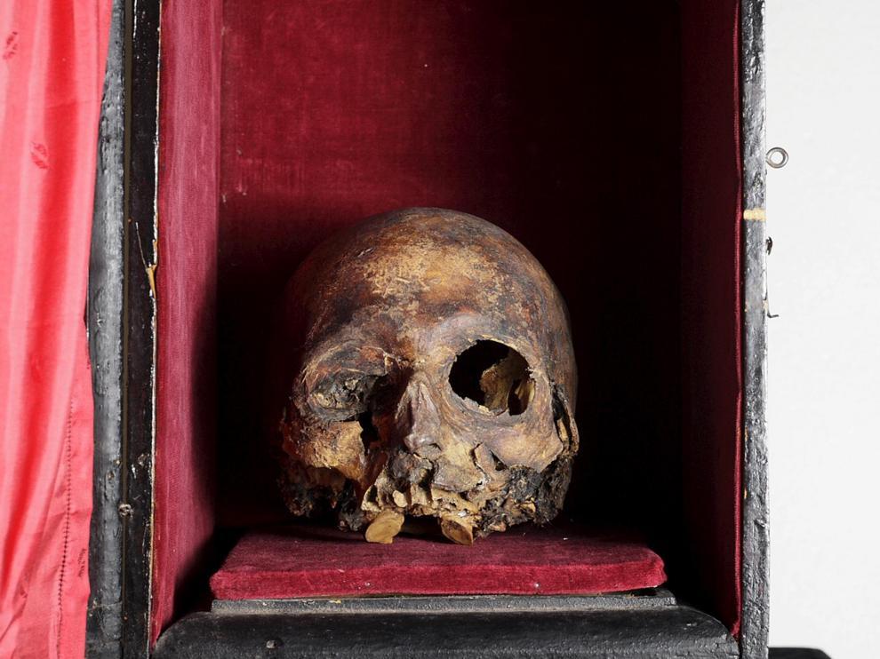 Cráneo del Papa Luna en una urna donde se guarda.