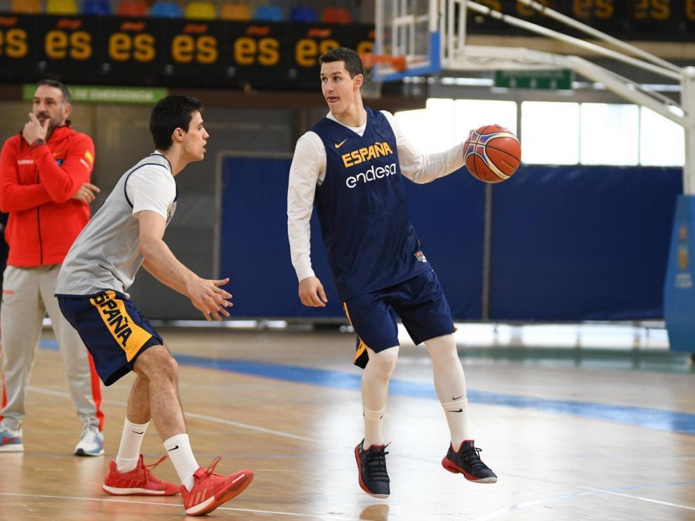 Rodrigo San Miguel, defendido por Carlos Alocén en el entrenamiento de este miércoles con la selección española.