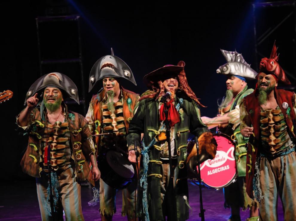 La chirigota La Maldición de la Lapa Negra, ganadora del concurso de 2019 en el Teatro Falla de Cádiz, ayer, en Zaragoza.