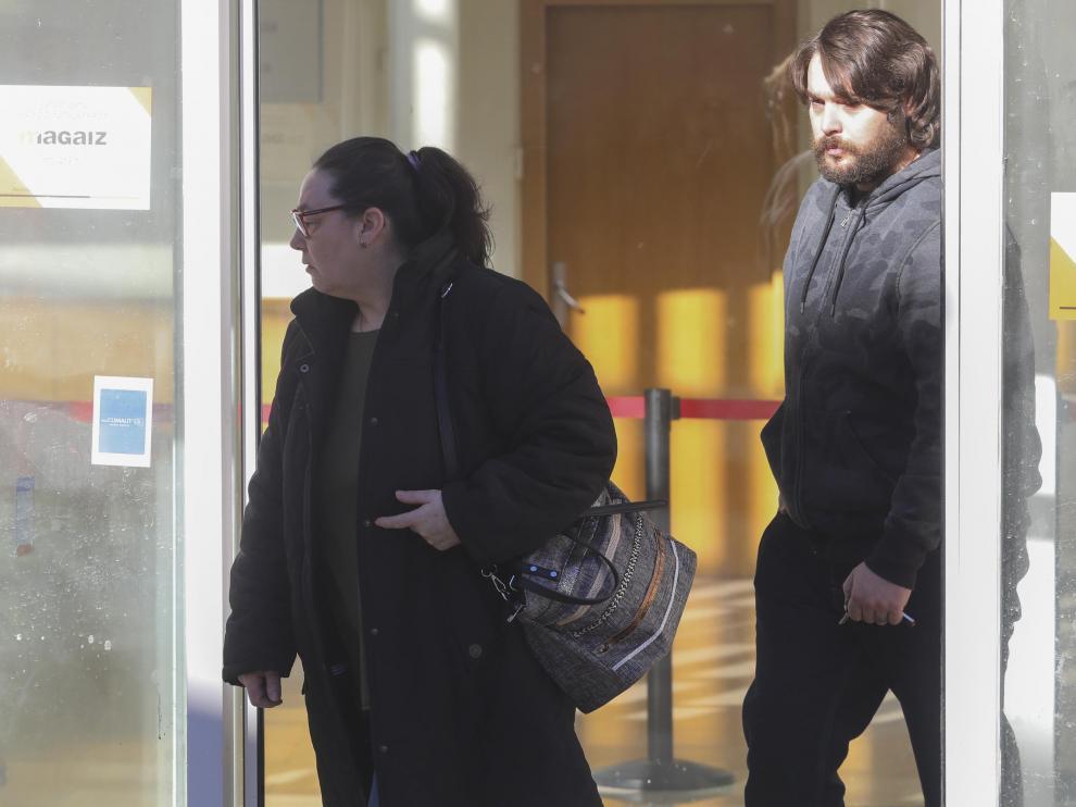 Nieves P. y Carlos P., abuelastra y padrastro de Naiara, a la salida de los Juzgados de Jaca.