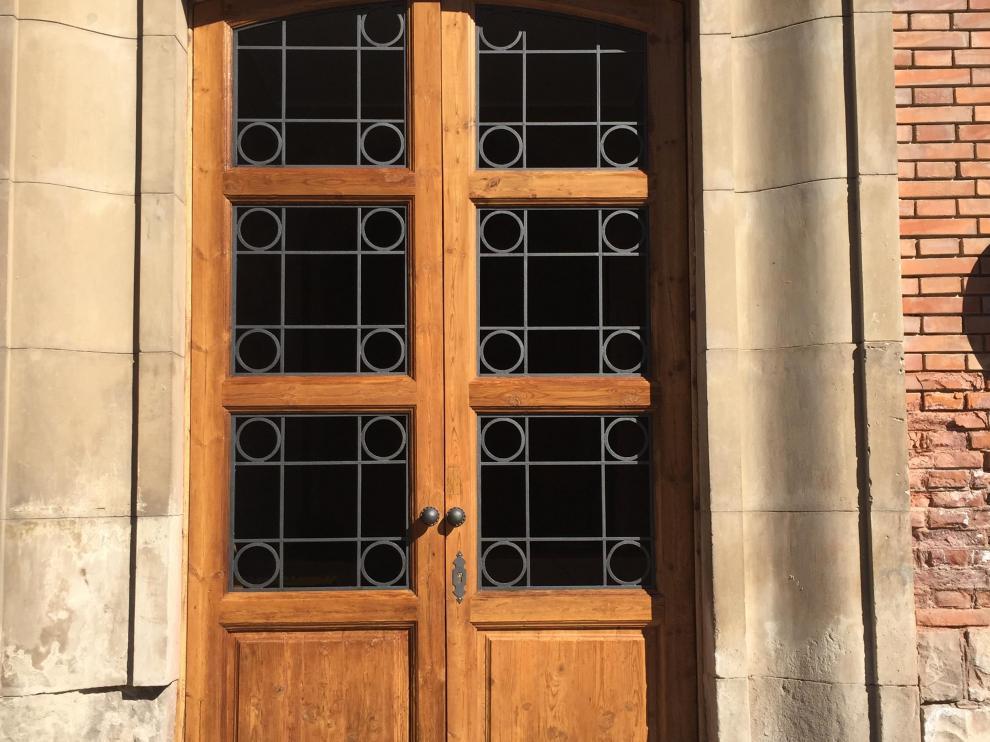 La actuación ha incluido la restauración de la puerta de madera.