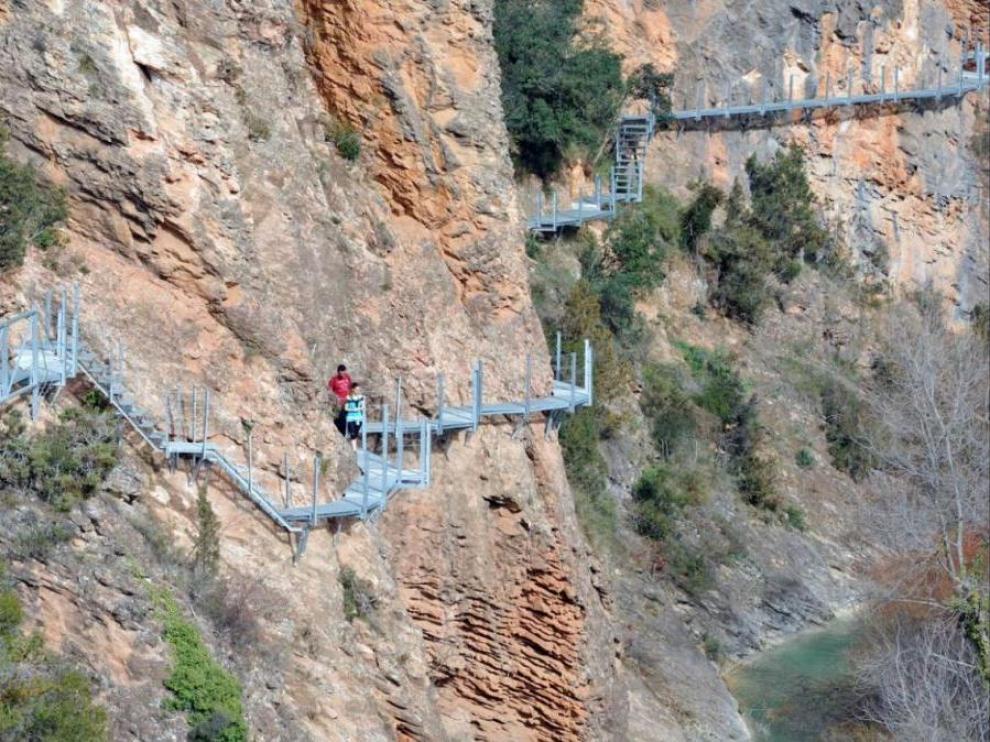 Recorrer las pasarelas de Alquézar sobre el río Vero cuesta dinero desde el sábado, 13 de abril.