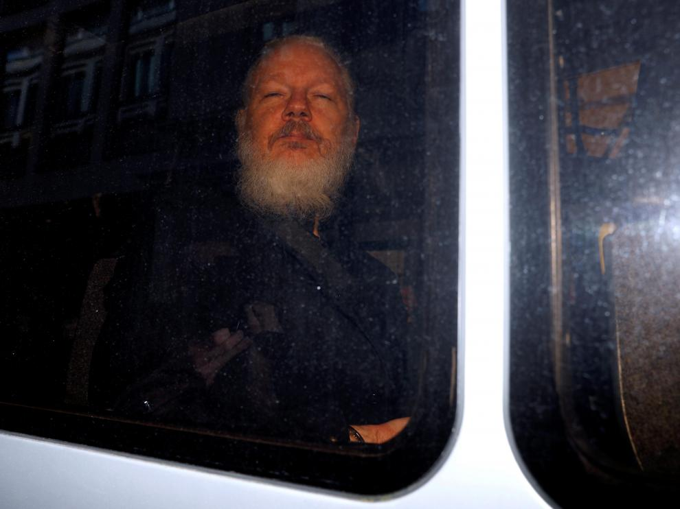 WikiLeaks founder Julian Assange is seen in a police van after he was arrested by British police outside the Ecuadorian embassy, in London, Britain April 11, 2019. REUTERS/Henry Nicholls [[[REUTERS VOCENTO]]] ECUADOR-ASSANGE/