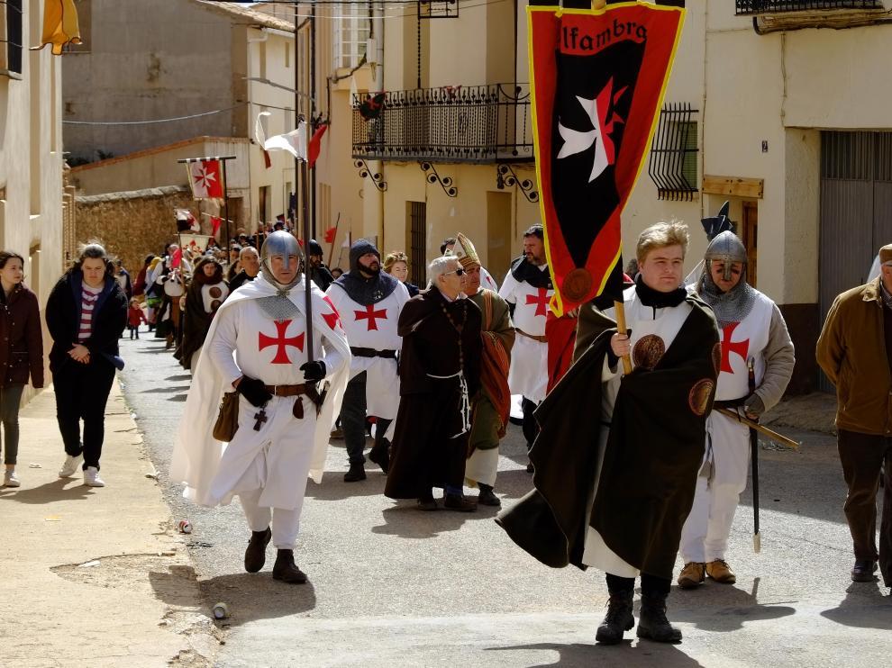 Desfile de órdenes militares por las calles de Alfambra.
