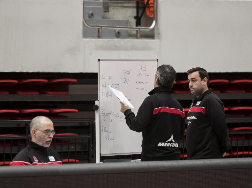 Fisac conversa con sus ayudantes durante un entrenamiento en el Príncipe Felipe.