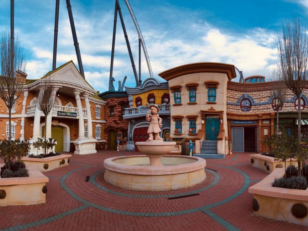 Tecmolde y Shu Digital han construido más de 4.000 metros cuadrados de escenografía, incluida una fuente con una figura de Coco.